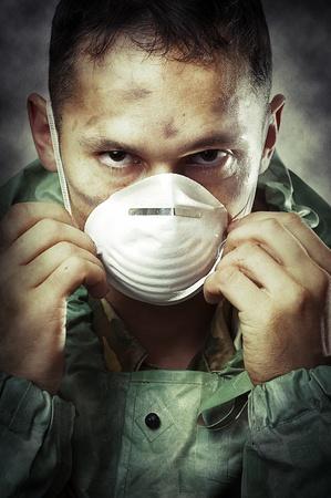 homme triste: Message apocalypses monde Halloween concept. Portrait de jeune homme triste dans le masque respiratoire