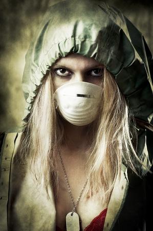 mascara de gas: Nota apocalipsis mundo concepto de Halloween. Retrato de una joven triste en la máscara de respiración Foto de archivo