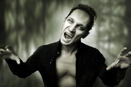 vampira sexy: Concepto de horror de Halloween. Retrato oscuro de vampiro macho m�stico de noche Foto de archivo