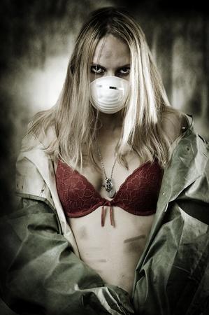 radioattivo: Concetto di halloween di post apocalissi mondo. Portrair di giovane donna triste nella maschera di respirazione