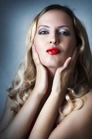 labios rojos: Moda retrato de la belleza de la mujer rubia sexy con brillantes labios rojos brillantes glamour