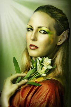 maquillaje de fantasia: Retrato de la moda joven mujer sexy con la primavera creativa verde o el verano de maquillaje Foto de archivo
