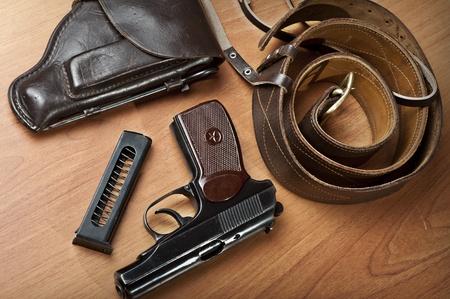 holster: Pistola en la mesa con funda, correa, binoculares y titular de la pistola descargada Foto de archivo
