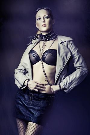 herrin: Fashion Frau in Lederjacken, schwarzen Rock und Kragen mit Ketten