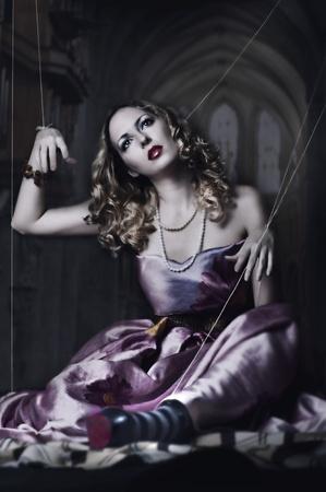 marioneta: marionetas en la cuerda. Moda retrato de una mujer rubia con un estilo de títeres