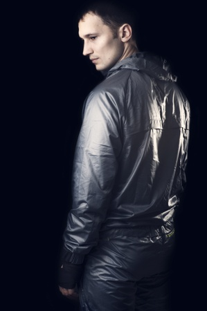 hombre flaco: Hombre joven y guapo en ropa deportiva en blackbackground Foto de archivo