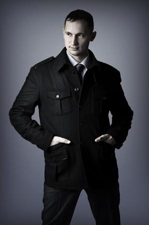 elegant business man: Giovane bell'uomo sexy elegante business nel cappotto nero