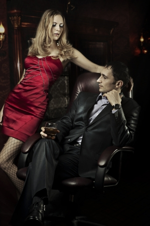 whiskey: Luxe mooi paar in de kamer van hun huis Stockfoto