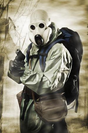 mascara de gas: Día del juicio final. El hombre en la máscara de gas con una pistola y una mochila