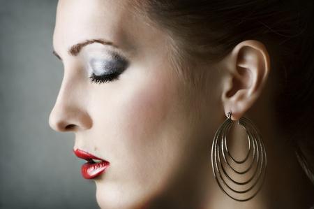 nariz roja: Moda retrato de la mujer. Maquillaje y pendientes