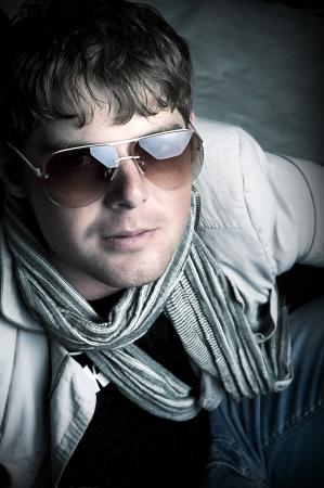 sole occhiali: Elegante l'uomo con gli occhiali da sole e sciarpa