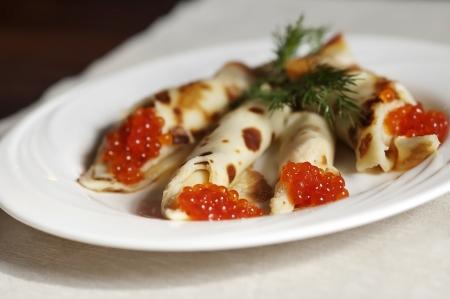 ensalada rusa: crepes con caviar rojo en el restaurante ruso