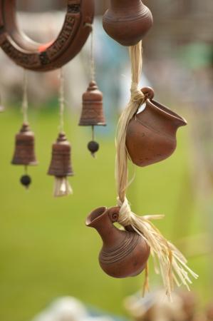 ollas de barro: Recuerdos para los turistas - olla de barro en miniatura y una jarra que colgaba de una cuerda Editorial