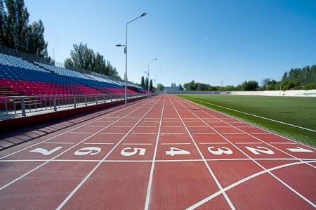 pista de atletismo: Cinta roja en el estadio con la numeraci�n desde uno hasta siete Editorial