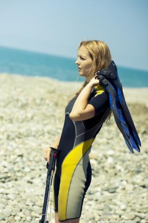 Frau Freediver in einem Taucheranzug ein Unterwasser-Druckluftpistole Standard-Bild