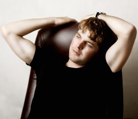 Fashion Portrait der jungen schönen Mann in schwarzem T-Shirt