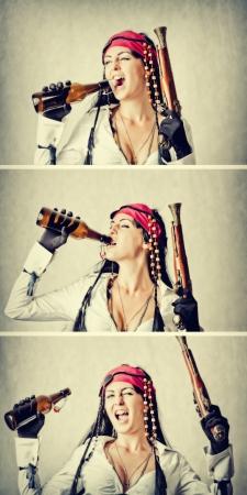 mujer pirata: Mujer joven divertida y feliz en traje de pirata con una botella y un arma. Yo-ho-ho y una botella de ron concepto Foto de archivo
