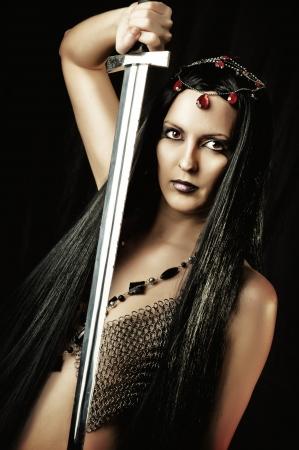 maquillaje de fantasia: Retrato de la moda sexy mujer morena oriental con espada medieval