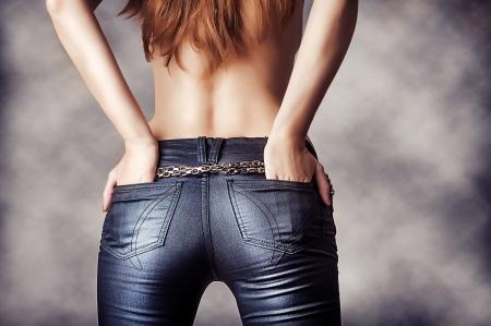 kot: seksi pantolon giyen seksi bir kadın modeli