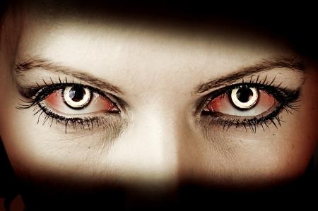 ojos: Evil sangrientos ojos del zombi femenino. suciedad maquillaje. Macro. Tema de Halloween Foto de archivo