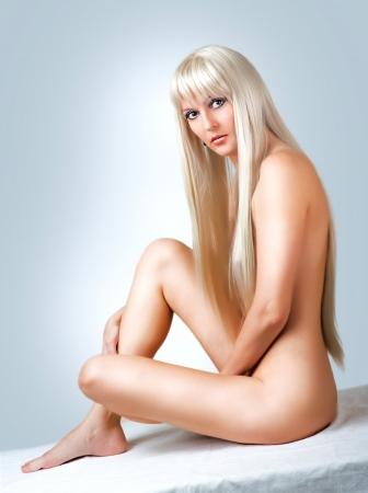 cuerpos desnudos: Hermosa mujer sexy rubia desnuda sentada en el blanco