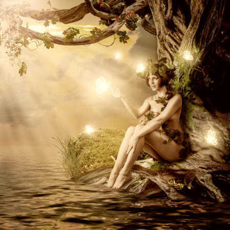 femme papillon: Imaginaire de conte de fées belle femme - nymphe des bois ou dryade assis sur l'eau et grand vieil arbre