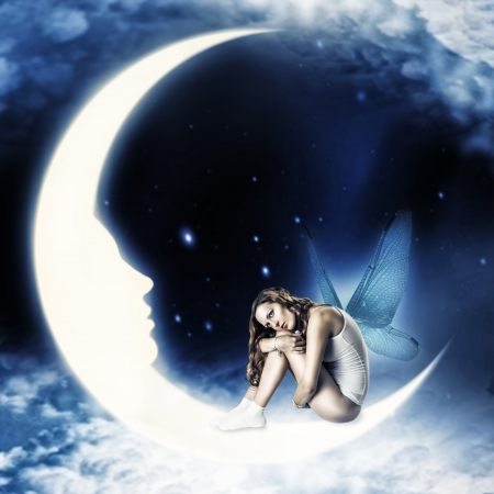 astrologie: Schöne Frau Fee mit Flügeln sitzt auf Mond mit Gesicht in der Sterne und Wolken Himmel