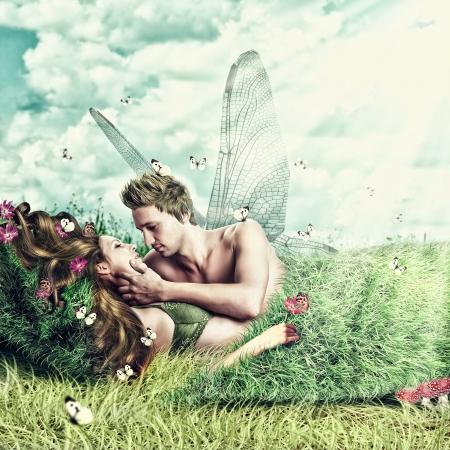 sexo pareja joven: Fantasy collage rom�ntico. Amante de hadas par de alas acostado en una cama de la hierba al aire libre en verano. Los amantes tiernos tienen relaciones sexuales