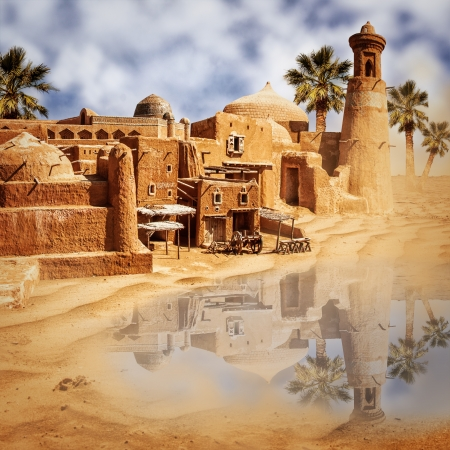 Oude fantastische stad en meer in de woestijn - een oase mirage Stockfoto