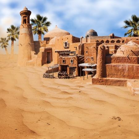 Oude fantastische stad met palmbomen in de woestijn - een oase mirage Redactioneel