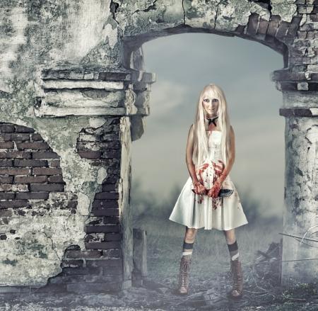 Fantastische vrouw in de stijl van pop moordenaar, zombie of een spook met een bloedige bijl in de hand