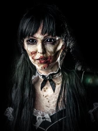 Scary zombie vrouw met zwarte ogen en bloedige mond