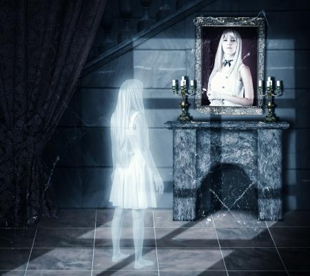 Triest wit transparant vrouw ghost kijken op haar portret op een muur in oude kasteel