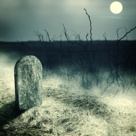 grafsteen op oude begraafplaats. Middernacht met volle maan