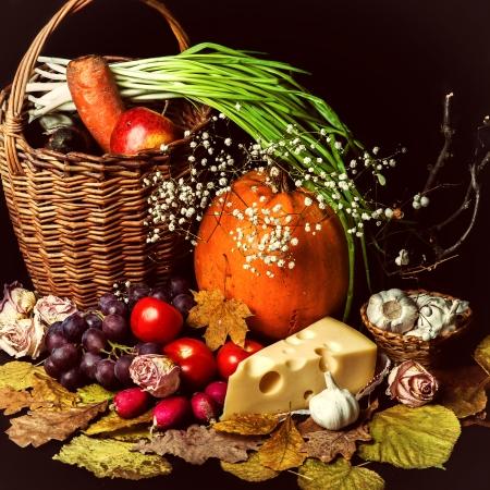 cuerno de la abundancia: Hermosa cosecha de otoño de verduras y hojas sobre fondo negro