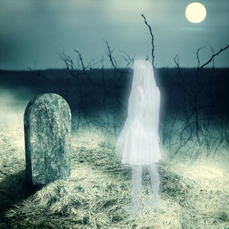 Jong, wit, transparant vrouw spook blik op haar graf grafsteen op oude begraafplaats Midnight met volle maan