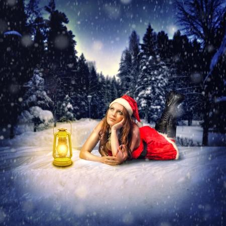 sexy christmas elf: Natale carta di progettazione - bella donna - Babbo Natale si trova nella foresta di neve