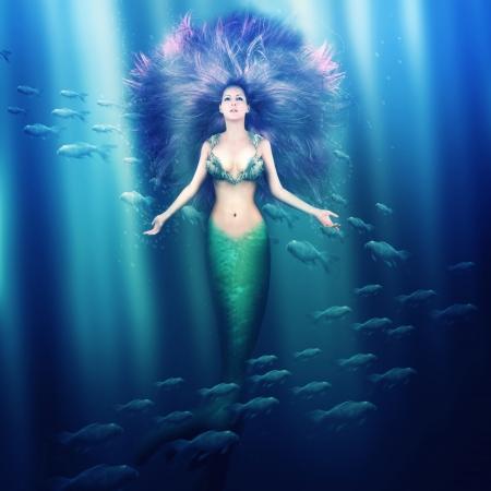 Fantasie. mooie vrouw zeemeermin met vissenstaart en paars haar zwemmen in de zee onder water
