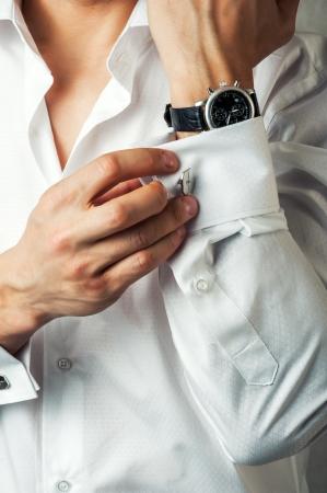 프랑스어 팔목에 섹시한 남자 버튼 커프스 링크는 고급스러운 흰색 셔츠를 소매 스톡 콘텐츠