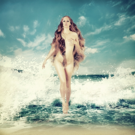 aphrodite: Hada atractiva mujer delgada con el pelo largo y rizado - Aphrodite se encuentra en el agua de mar en un aerosol de las olas del mar