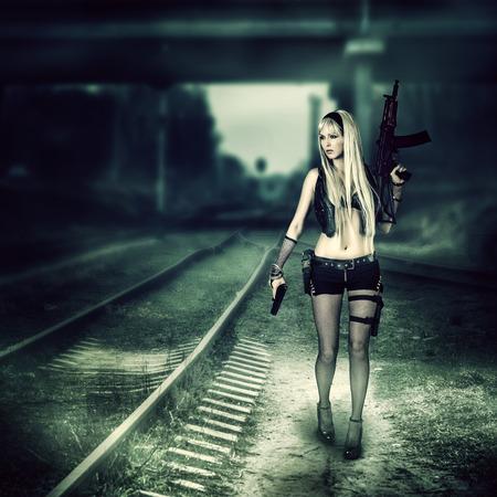 Sexy blonde vrouw moordenaar houdt automatisch en pistool