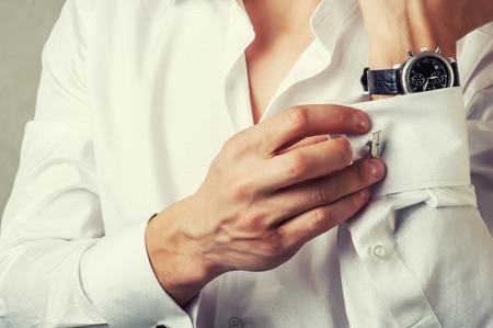 muž tlačítka manžeta-link na francouzské manžety rukávy luxusní bílou košili. Tonální korekce