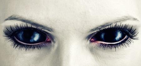 Mau preto feminino alienígena, vampiro ou zumbi olhos. sujeira compõem. Macro. Tema do dia das bruxas Foto de archivo