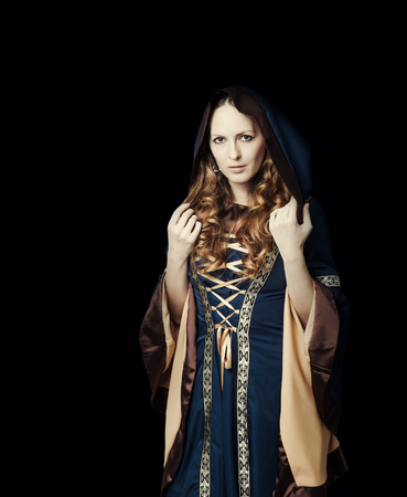 moine: Belle femme portant millésime robe médiévale avec capuche à l'église gothique Banque d'images