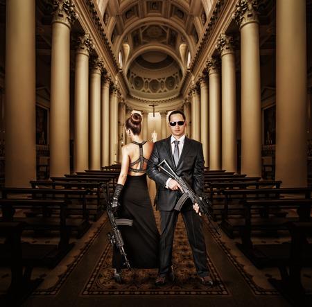 fashionable couple: Mujer pareja de moda y hombre con la autom�tica en la iglesia Foto de archivo