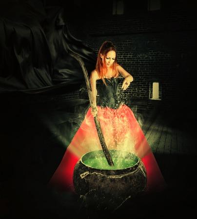 witch: bruja de halloween preparar una poci�n m�gica en una olla de antigua y vierte resplandece su color Foto de archivo