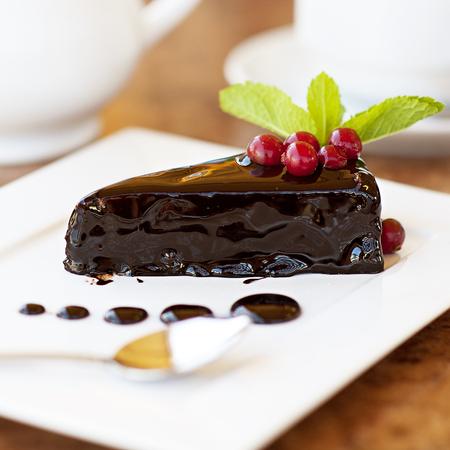 皿の上のチョコレート ケーキ。お茶とデザート