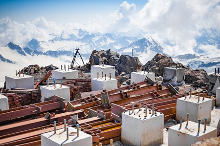 ELBRUS, RUSSIA - July 05: Metal piles and concrete cubes on the slope of Mount Elbrus in July 05, 2015 in Elbrus, Russia 新聞圖片
