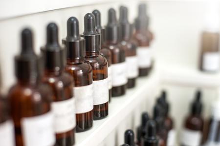 Desenfoque de fondo. Laboratorio de perfumería: burbujas de fragancia con etiquetas blancas