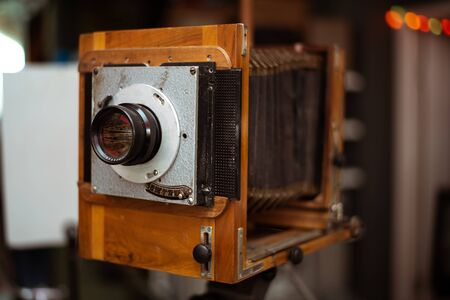 Vintage soviet accordion camera on a tripod. Exposition at the Museum of the USSR in Sochi, Russia Stockfoto